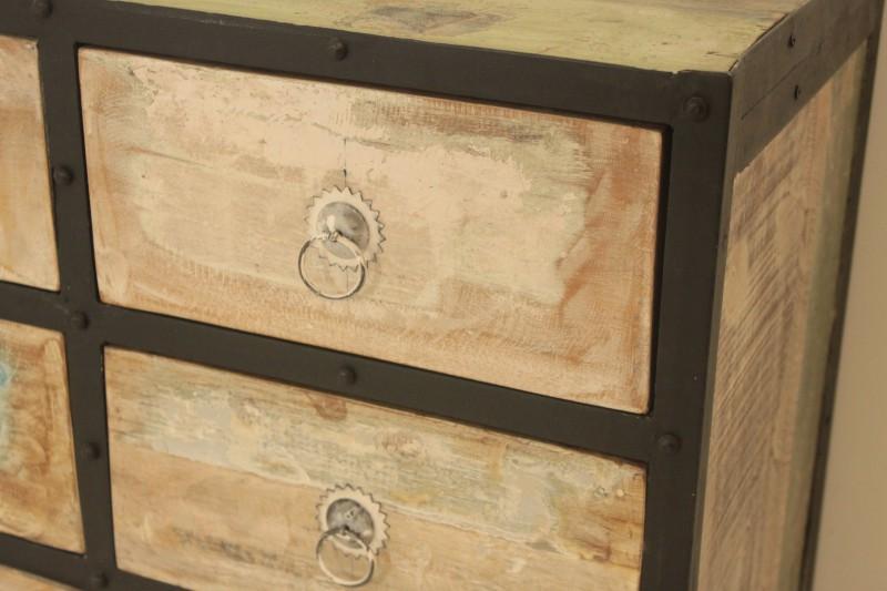 ... van metaal met houten. Zwarte metalen ladekasten meubeltrack